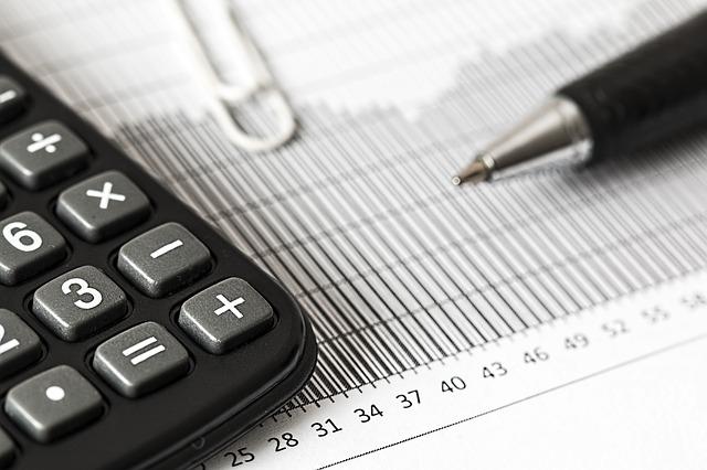 Kalkulator na dokumentach i długopis