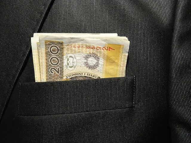 banknoty w kieszeni