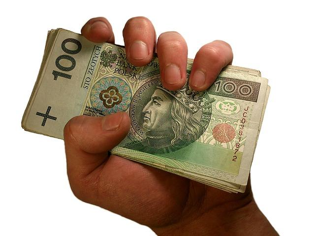 plik banknotów w ręce