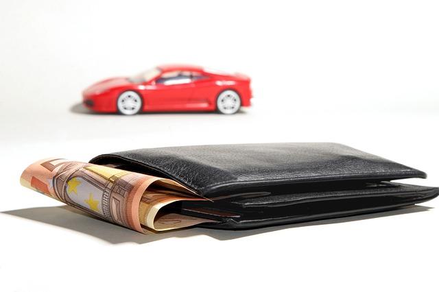 Pieniądze i samochód w tle