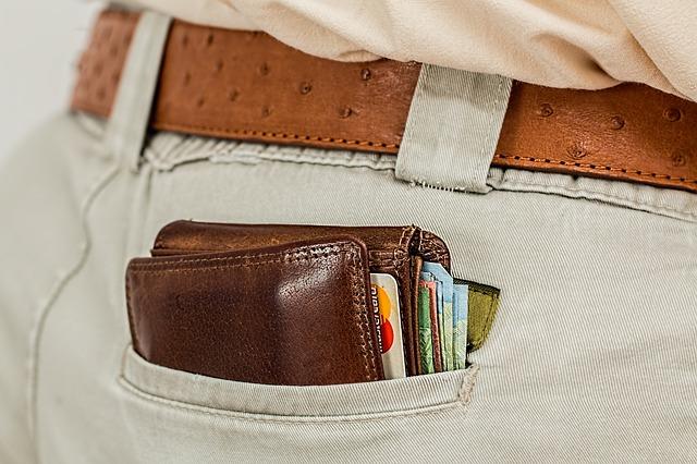 portfel w kieszeni