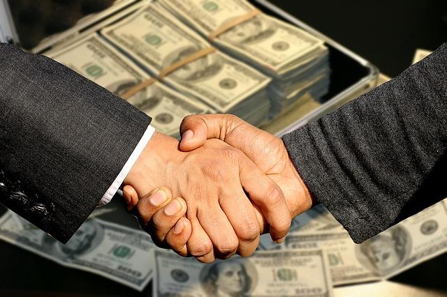 Uścisk dłoni i pieniędze