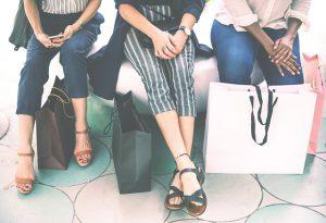 kobiety z torbami zakupowymi
