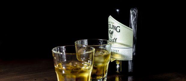 Whisky w szklankach i butelce