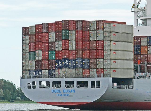 chiński frachtowiec załadowany kontenerami