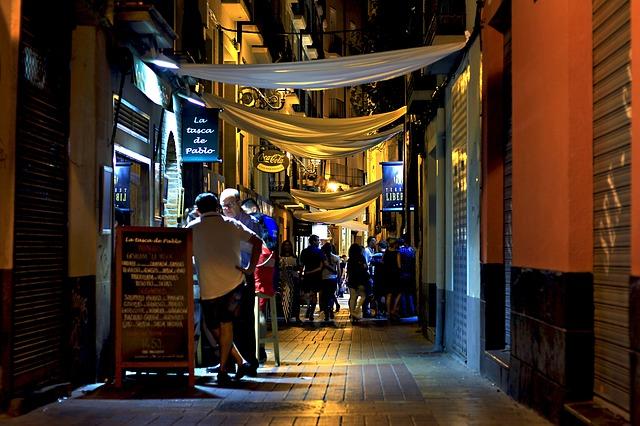 hiszpańska uliczka nocą