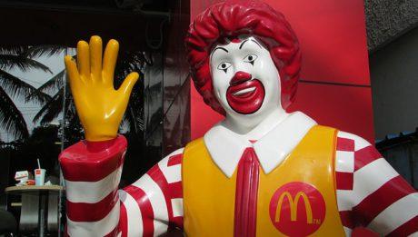 Co oprócz jedzenia McDonalds oferował dzieciom np. w zestawach Happy Meal?