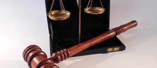 Młotek i waga sędziowska