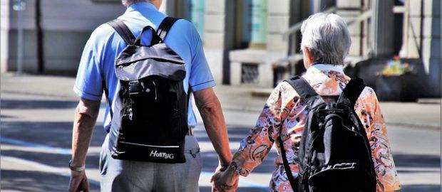 Seniorzy trzymający się za ręce