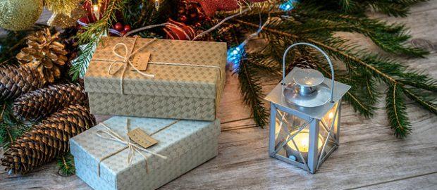 Pudełka z prezentami świątecznymi