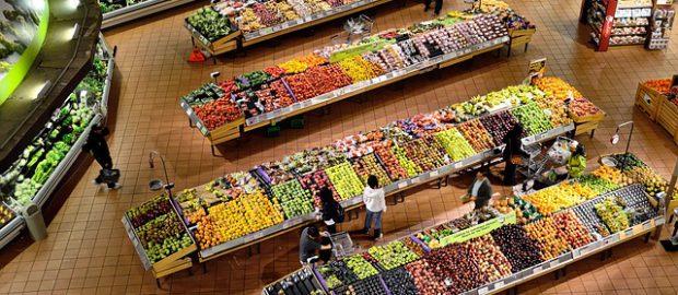Lady z warzywami w hipermarkecie