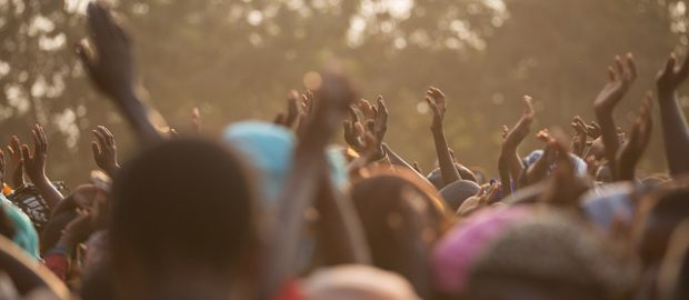 Tłum z uniesionymi rękami
