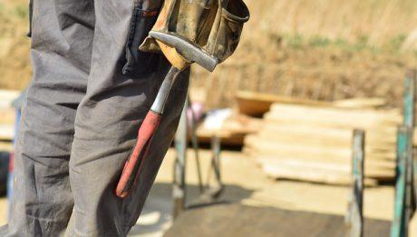 Zarobki za granicą: ile zarabia się na budowie, zmywaku, czy pracując jako mechanik samochodowy za granicą?