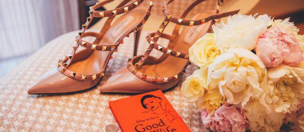 Buty i bukiet ślubny na krześle