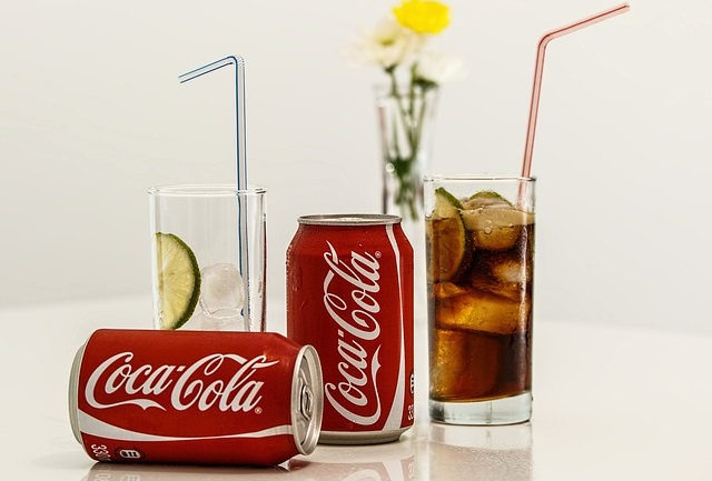 Puszki coca coli i szklanki