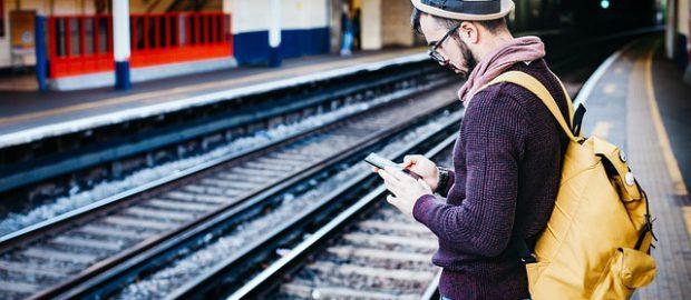 Człowiek stojący na peronie