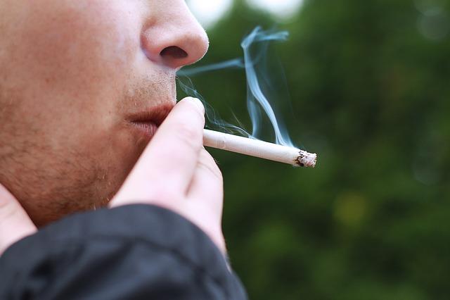 Mężczyzna palący papieros