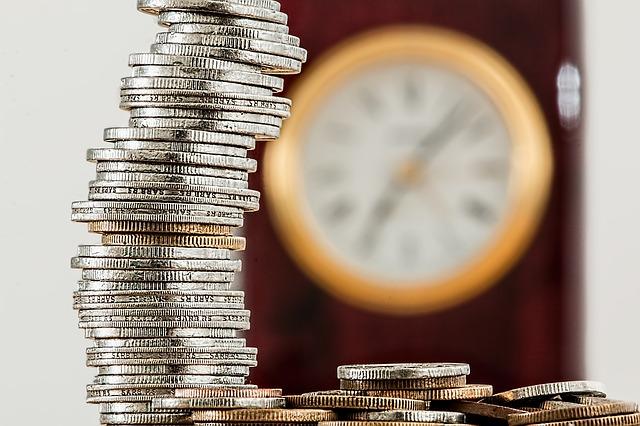 Piramida monet, zegar w tle