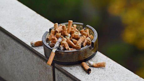 Czy sąsiad może palić na balkonie? Jak w praktyce wygląda zakaz palenia w Polsce?