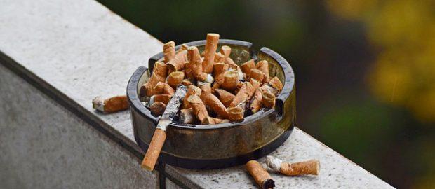 Popielniczka z papierosami