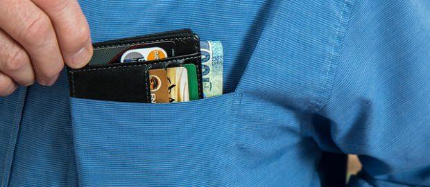 Wyciąganie portfela z kieszeni