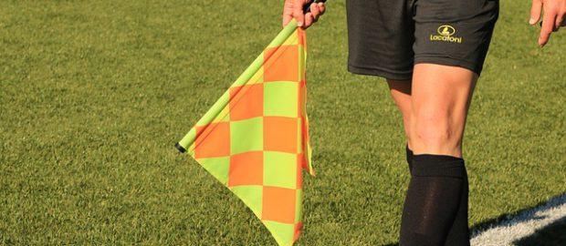 Sędzia piłkarski z flagą