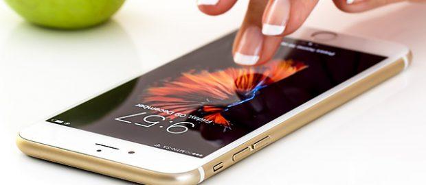 Smartfon na białym tle