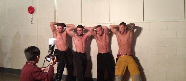 mężczyźni pozujący do zdjęcia