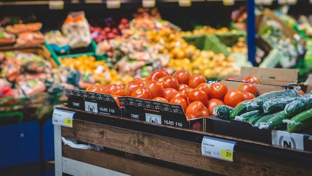 Pomidory i ogórki w sklepie