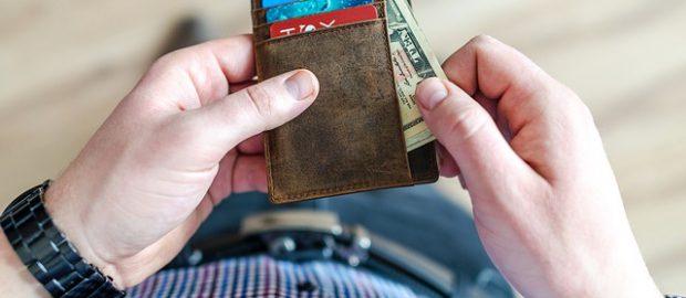 Mężczyzna wyjmujący pieniądze z portfela