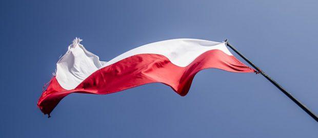 polska flaga łopocząca na wietrze