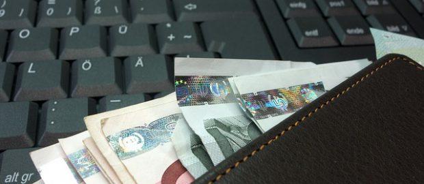 Banknoty na klawiaturze