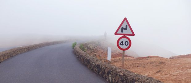 droga we mgle i znaki drogowe