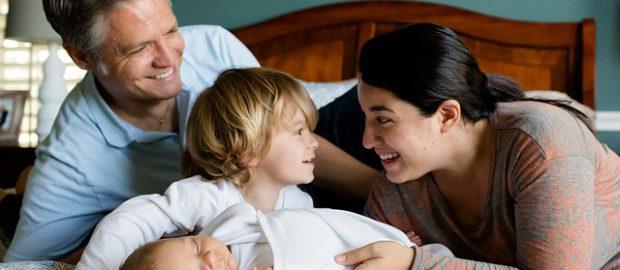 Rodzice i dzieci na łóżku