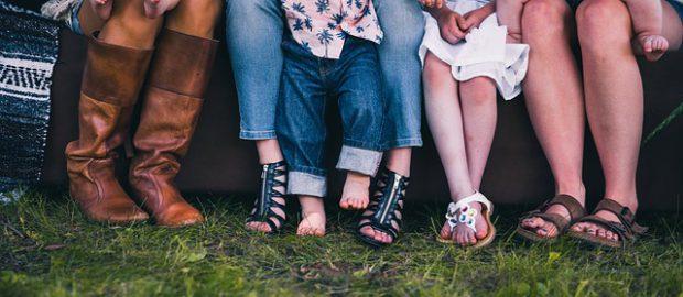 Siedząca rodzina z dziećmi