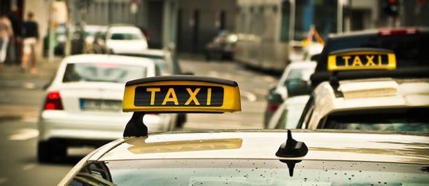 taksówki na drodze