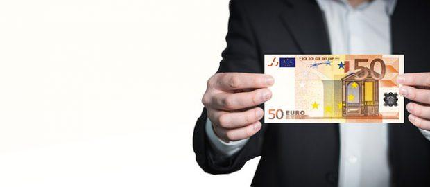 Mężczyzna trzymający banknot