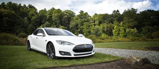 Biały samochód Tesla