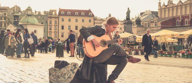 Chłopak gra na rynku w Warszawie