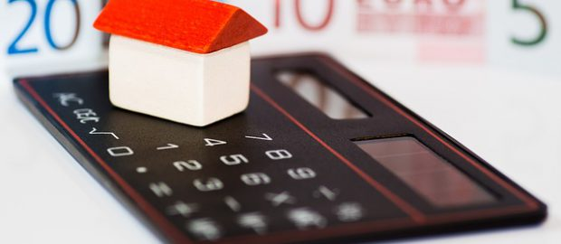 Domek, kalkulator i pieniądze