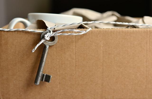Filiżanki i klucz w kartonowym pudle