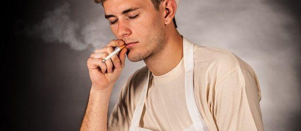Kucharz palący papierosa