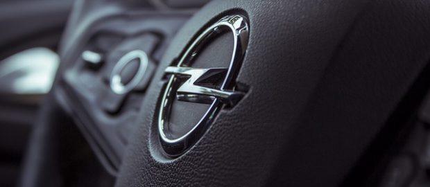 logo Opla na kierownicy