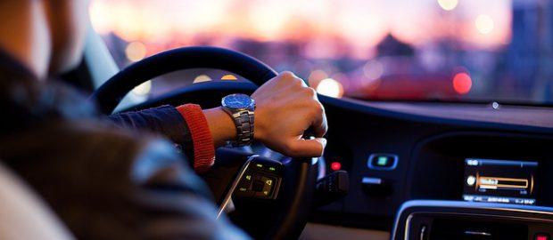 mężczyzna za kierownicą