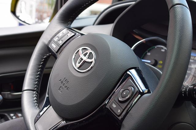 logo Toyoty na kierownicy