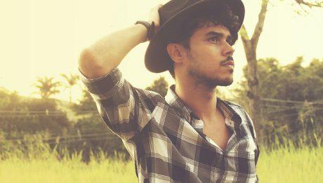 chłopak w kapeluszu