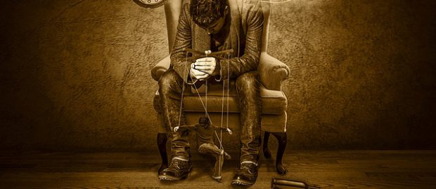 Człowiek sterujący człowiekiem jako marionetką
