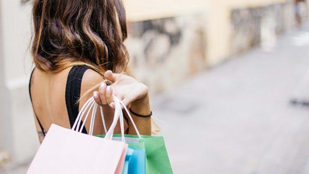 Dziewczyna z zakupami
