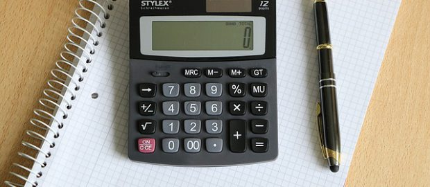 kalkulator i pióro na pustej kartce