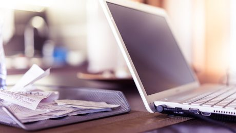 Laptop na biurku i dokumenty